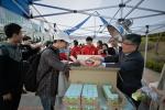 한림대 총학생회 주관 '시험 야식마차'에서 학생들에게 도시락을 나눠주고 있는 김중수 총장