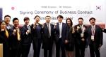 SK텔레콤 김성한 Device기획본부장(왼쪽 7번째)과 일본 타이세이사 황경호 대표(왼쪽 6번째)가 UO스마트빔레이저 일본 수출 계약을 체결했다