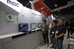 미국 라스베이거스에서 열린 세계 최대 방송 기자재 전문 박람회인 NAB Show 전시관에서 관람객들이 삼성 SUHD TV 를 통해 UHD 방송을 실시간 수신하는 생중계 시연을 보고 있다