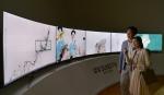 삼성전자 모델들이 아름다운 색감과 종이의 질감까지 생생하게 전달해주는 퀀텀닷 삼성 SUHD TV를 통해 조선후기 최고의 풍속인물화로 선정된 작품들을 감상하고 있다