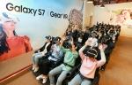 에버랜드에 위치한 기어 VR 어드벤처에서 에버랜드의 대표 놀이기구를 기어 VR과 4D 시뮬레이터로 체험하는 모습이다