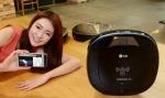 서울 영등포구 여의도동에 위치한 LG트윈타워에서 모델이 LG전자 로봇청소기의 최신 제품인 LG 로보킹 터보 플러스를 소개하고 있다
