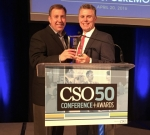 퀸타일즈 찰스 뉴베리(사진 오른쪽) 최고정보책임자가 CSO 50 상을 수상하고 있다.