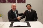 안톤 S 후버 지멘스 디지털 팩토리 사업부 CEO(사진 좌측)와 아오타 히로유키 파니소닉 코퍼레이션 총괄이사(사진 우측)가 양해각서를 체결했다.