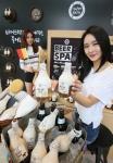 촉촉함을 위하여!' 28일 강남역 아리따움 플래그십 매장에서 진행된 비어스파 바디워시 출시 행사에서 모델들이 제품을 소개하고 있다