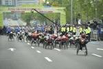 제24회 서울국제휠체어마라톤대회 풀마라톤 선수들이 출발하고 있다