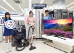삼성전자 모델들이 2일 삼성 디지털프라자 홍대점에서 삼성전자가 가정의 달 5월을 맞이해 5월 한 달간 실시하는 삼성전자 S 골드러시 가족 사랑 선물전을 소개하고 있다