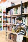 예스24 강남 키즈존에서 독서하는 어린이