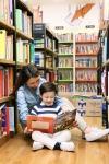 예스24 강남매장 키즈존에서 함께 독서하고 있는 엄마와 어린이