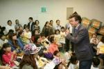 2015년도 어린이날 김영립 센터장이 아이들의 의견을 듣고 있다