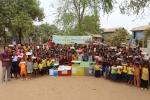 대원국제중 학생들이 직접 만든 연필주머니에 연필 등 학용품을 담아 캄보디아 빈곤지역 아동들에게 전달하는 모습이다