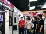 중국 북경 가전매장에서 현지 고객들이 LG전자 스타일러 제품을 둘러보고 있다