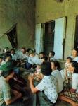 1973여학생 단원들이 부녀회원들과 부락의 공동 관심사를 이야기하고 있다