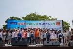 누리다문화학교의 다문화 청소년들이 고양시 일산 미관광장에서 열린 문화한마당 행사에 참가하여 합창 공연을 진행하였다
