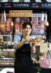 리키김이 2016 서울국제식품산업대전 미국육류수출협회 부스에서 다양한 미국산 돼지고기 가공품을 선보이고 있다