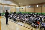 캄보디아 빈곤 아동을 위해 학용품 보내기 캠페인 사전 나눔 교육을 듣고 있는 충주 국원고 전교생 학생들의 모습