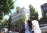ING생명이 13일 서울 강남구 신사동 가로수길 일대에서 대형 열기구 조형물과 깨진 화분을 활용하여 13일의 금요일 이벤트를 진행했다
