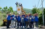 5월 12일 삼성전자 LED사업팀 임직원들이 노후된 보안등을 LED등으로 교체하기 위해 자매마을인 무주 호롱불 마을을 방문했다