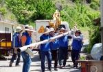 삼성전자 임직원들이 무주 호롱불 마을에서 노후 보안등을 수거하고 있다