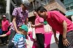 권영수 LG유플러스 부회장이 트래킹 시작 전 고객들에게 트래킹 패키지를 나눠주고 있다