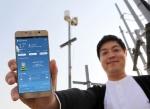 SK테크엑스 직원들이 기지국에 설치된 기상센서 앞에서 IoT 네트워크를 활용한 기상 정보를 체크하고 있다