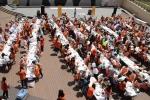 400여명의 아동.청소년 및 자원봉사자들이 사랑의 케이크를 만들고 있다
