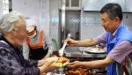 렛츠런 인천부평 문화공감센터가 사회복지법인 네트워크의 주최로 네트워크 부평무료급식소에서 독거노인을 위한 행복뷔페를 진행했다
