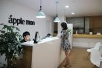 애플몬 영등포지점을 방문한 소비자가 즉석에서 아이폰 수리를 받고 있는 모습이다