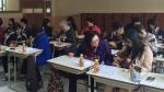 독거노인과 효문중학교 학생들이 함께 우크렐레를 배우고 있다