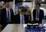 김대현 삼성전자 터키법인장(오른쪽)이 지켜보고 있는 가운데 조윤수 주터키 한국대사(가운데)가 세계 인도주의 정상회의 VR 쇼케이스에서 삼성 기어 VR을 착용하고 VR 영상을 감상하고 있다.