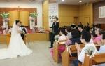 가수 정희주씨가 25일 홀트에서 11년만에 탄생한 장애인 부부 전복남· 김히경씨의 결혼식 축가를 부르고 있다
