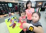 KT는 스포츠 아웃도어 브랜드 유통회사 LS네트웍스와 제휴를 통해 라인키즈폰과 LS네트웍스 브랜드 상품 동시 구매 고객에게 특별 사은품을 증정하는 프로모션을 시작한다
