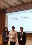 이수진(왼쪽)학생과  김성재(가운데)학생의 모습이다
