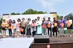 최성 고양시장(오른쪽에서에서 여섯 번째), 김선영 누리다문화학교 교장(왼쪽에서 네 번째), 등 다문화 유공자 표창 관계자들이 기념촬영을 하고 있다