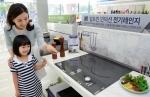 삼성전자 모델들이 2일 논현동 디지털프라자 강남본점에서 삼성 전기레인지를 소개하고 있다