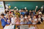 사랑의 동전 모으기 캠페인 저금통을 들고 있는 당산초등학교 아이들