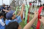 민통선 철책에 통일염원 나라사랑 소망리본을 달고 있는 청소년들