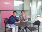 핀테크 전문기업 펀듀의 남상우(왼쪽) 박희웅(오른쪽) 공동대표가 자사가 서비스하고 있는 크라우드 펀딩 서비스 펀듀의 역대 최고 수익률 포트폴리오인 18호 오픈을   기념하기 위한 사진을 촬영하고 있다