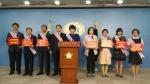 맞춤형보육 제도개선 및 시행연기 촉구 2차 기자회견에서 발언하는 한국어린이집총연합회 모습이다(왼쪽부터 네번째 회장 정광진, 가운데 이영숙 맞춤형보육 비상대책위원장)