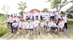 박진회 한국씨티은행장(앞줄 좌측에서 여섯번째)과 직원 및 가족 330여명이 수질개선과 화초심기 봉사활동을 펼치고, 경인 아라뱃길 내에 시민 휴식 공간을 위해 조성한 씨티숲에서 단체기념 촬영을 하고 있다