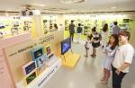 서울 소공로 서울중앙우체국에 마련된 삼성전자 인생사진전에서 관람객들이 실제 갤럭시 S7 사용자들이 촬영한 작품들을 감상하고 있다
