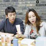 볼로미 MC 수걸과 한경이 에쏘띠(ASSOTER) 제모크림을 소개하고 있다