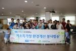 이엑스티 임직원들과 함께 기념 사진을 촬영하는 모습이다