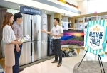 삼성전자 모델들이 14일 논현동 삼성 디지털프라자 강남본점에서 6월 한 달 동안 진행되는 2016년 상반기 결산 히트상품 기획전을 소개하고 있다