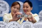 한국조폐공사는 14일 한국은행에서 한국의 문화유산 기념주화 포토세션 행사를 개최하고 실물을 공개했다
