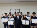 인천대학교 매트랩 코디 챌린지 수상자들이 기념촬영을 하고 있다