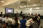취업준비생을 대상으로 커리어 에피소드 발행방법 및 리드미 웹개발에 대한 사용설명회를 개최하고 있는 레이즈 지엘에스 윤준민 대표의 강의