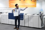 한국후지제록스 제1회 버산트 데모 콘테스트 참가자가 컬러 디지털 인쇄기를 작동 시연하고 장비 특징을 설명 중이다