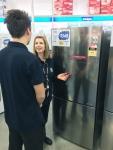 호주 시드니의 가전 매장에서 고객이 LG 상냉장∙하냉동2도어 냉장고를 둘러보고 있다