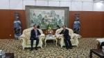전국경제인연합회 허창수 회장(사진 왼쪽)과 루하오 헤이룽장성 성장(사진 오른쪽)이 환담을 나누고 있다